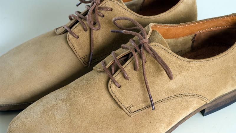 Cómo ensanchar zapatos de ante